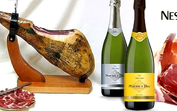 Španělská šunka se stojánkem, nožem a vínem