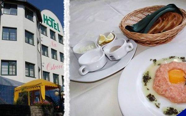 Lahůdka pro pravé gurmány - Luxusní 200g tataráček z lososa s opečenými toasty se slevou 45% a k tomu sleva na další konzumaci v restauraci v Hotelu Na Ostrově - Beroun!