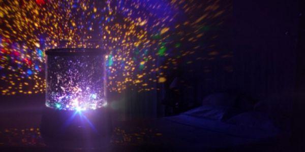 Projektor noční oblohy - lampa Star Master! Skvělá barevná show a strhující podívaná přímo ve Vašem pokoji za pouhých 149 Kč! Užívejte si každý večer uklidňující noční oblohu! Hvězdná obloha se slevou 50%!