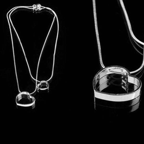 Elegantní přívěšek s dvěma srdíčky potažený kvalitním stříbrem, vhodné jako doplňěk ke společenským šatům do divadla nebo pro výjimečnou příležitost.