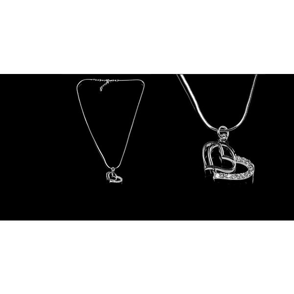 Elegantní náhrdelník se dvěma navazujícími srdíčky se stříbrnými kamínky potažené kvalitním stříbrem, díky flexibilnímu zapínání je možné zvolit jakoukoliv délku!