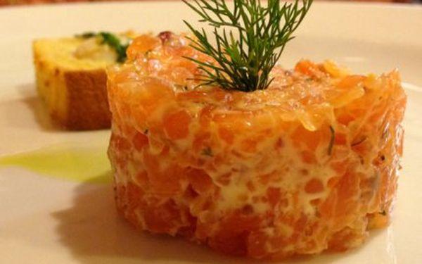 Tataráček z lososa PRO DVA! Hořčično-medová omáčka, křepelčí vejce, křupavá brioška a italský digestiv!