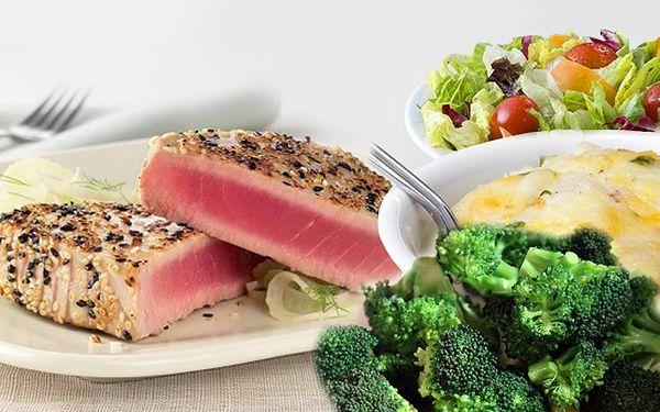 Menu pro 2 osoby grilovaný steak z tuňáka s blanšírovanou brokolicí a smetanovými bramborami.