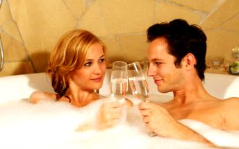 Wellness pro 2 osoby na 2 hodiny! Vířivka, masáž a popíjení šampaňského pro zpříjemnění chvil.