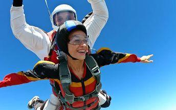 Zažijte volný pád! Tandemový seskok z výšky 4000 metrů a let padákem!