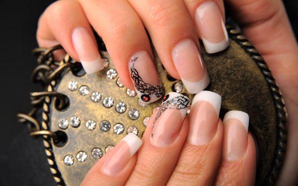 Modeláž gelových nehtů včetně zdobení