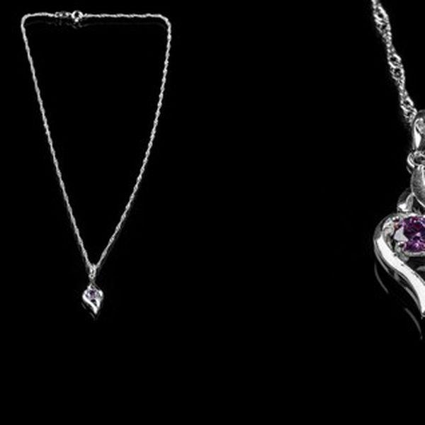 Elegantní náhrdelník s přívěškem slzy s fialovým kamínkem potažený kvalitním stříbrem, který se hodí jak k běžnému oblečení, tak i jako doplňěk ke společenským šatům!
