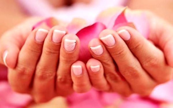 Krásné a zdravé nehty čistě přírodní technikou P-shine včetně lakování.