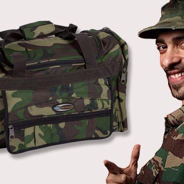 Cestovní taška s množstvím kapes na zip s maskáčovým vzorem.