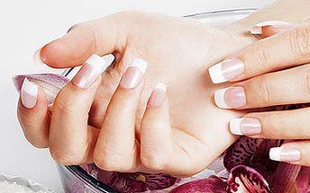 Potažení přírodních nehtů gelem s lakováním nebo permanentní bílou francouzskou manikúrou za fantastických 190 Kč.