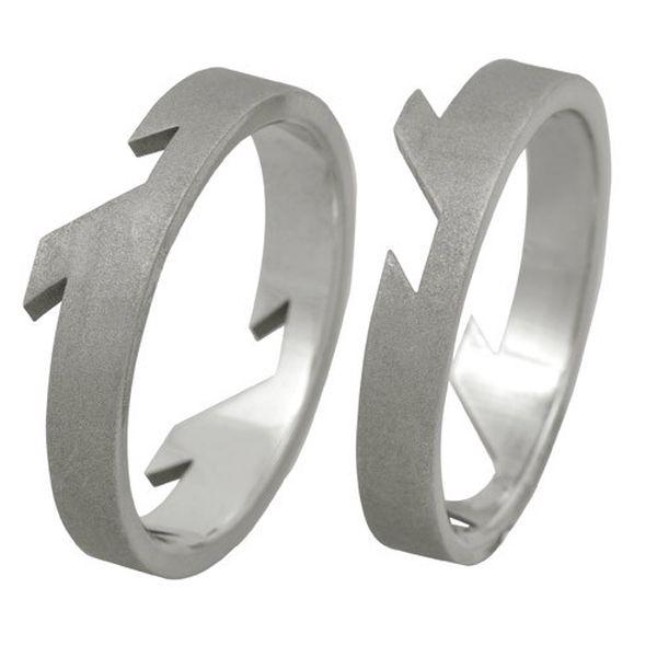 Stylový prsten s originálním vykrojením z kvalitní chirurgické oceli.
