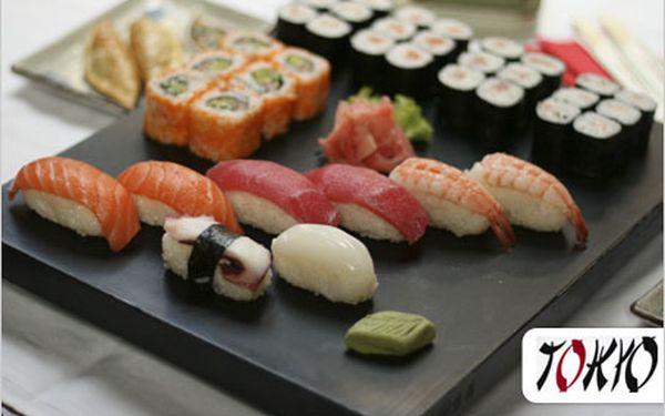 Bohatý Sushi Maki set pro dvě osoby. Vybraných 32 kousků japonské kuchyně.