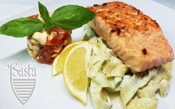 5,89 € za lososový steak na bazalkových pappardelle, mozzarellový šalát a k tomu biele víno lambrusco.