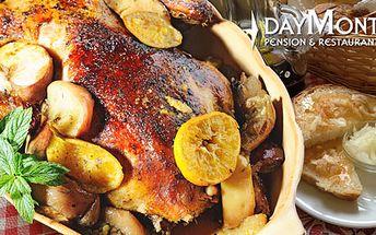 Husacie hody pre 4-6 osôb: pečená hus (5,5kg) s pečeňovou plnkou na jablkách s kapustou, domáci chlebík, lokše a knedlíky, domáci jablčník a červené vínko len za 69€!
