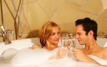 2 hodiny v privátní vířivce! Užijte si až ve 4 lidech bublinkovou koupel s láhví italského Prosecca!