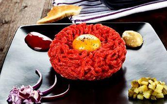 Tatarák se čtyřmi topinkami za 89 Kč! Masová delikatesa pro dva ve stylové restauraci U Tří prasátek!