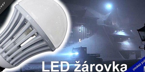 Moderní LED žárovka - Ušetří až 90 % energie!! Patice E 27. Teplá bílá i studená bílá barva.Vaším domovem i kanceláří se rozline příjemné světlo rovnoměrně se šířící do všech stran.