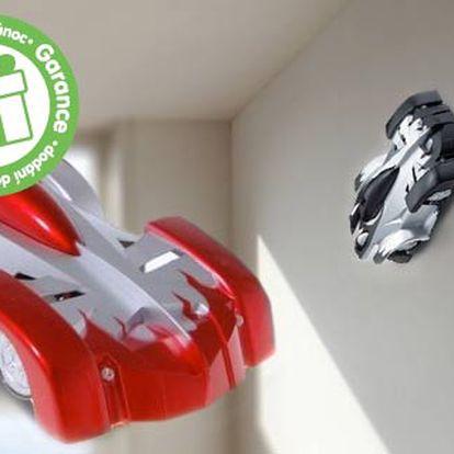 Antigravitační RC autíčko – jezdí po stropě