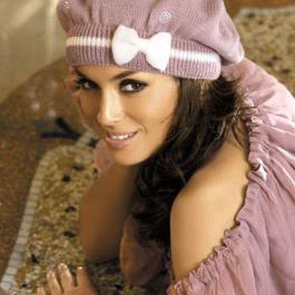 Elegantní baret Liliana, který vyzařuje luxus a styl. Zdobený bílou mašličkou.