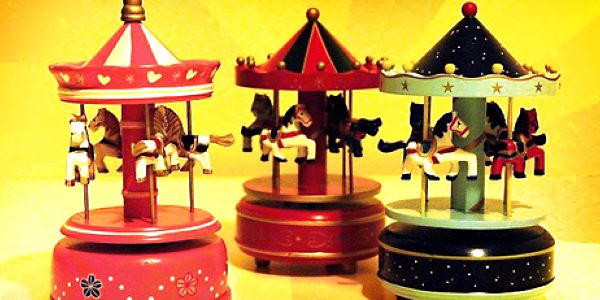 Otočný dřevěný kolotoč s koníčkama a s hracím strojkem! Retro hračka jako sen!