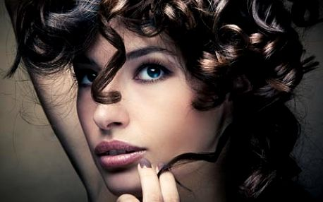 Hodinka krásy ve Studiu Visage pro Vaši proměnu v královnu elegance. Dokonalé spojení péče o pleť a líčení.