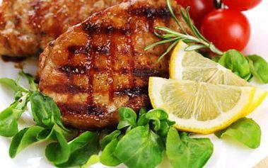 2x STEAK a hranolky! Vepřový nebo kuřecí steak se zlatavými hranolky. Mňam!