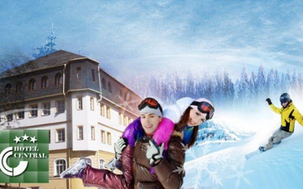 Exkluzivní lyžování v Krušných horách! Pobyt až na 4 dny v oblíbeném hotelu Central*** s bohatou POLOPENZÍ, BAZÉNEM, SAUNOU a slevou na SKIPAS v areálu Klínovec. Navíc děti ZDARMA! To vše jen za 1899 Kč PRO DVA! Sleva 70%!