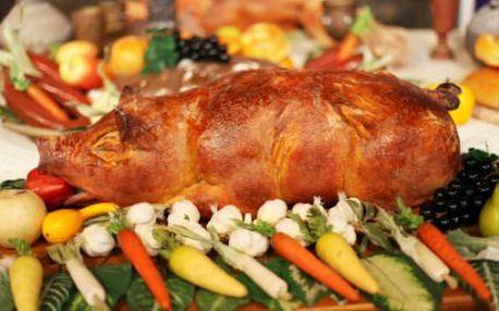 10-12kg selátko v restauraci! Hořčice, křen, kečup a chléb. Živá muzika a pohodová atmosféra!