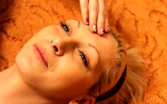 Masáže pro krásu i relaxaci: Lymfodrenáž obličeje a dekoltu nebo antistresová Indická masáž hlavy za vánočních 150 Kč!