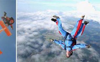 TANDEMOVÝ SESKOK se slevou 21 %: Prožijte neopakovatelné chvíle plné adrenalinu. Získejte 60 sekundový let volným pádem a 5 minut plachtění oblohou na padáku pod dozorem profesionála.