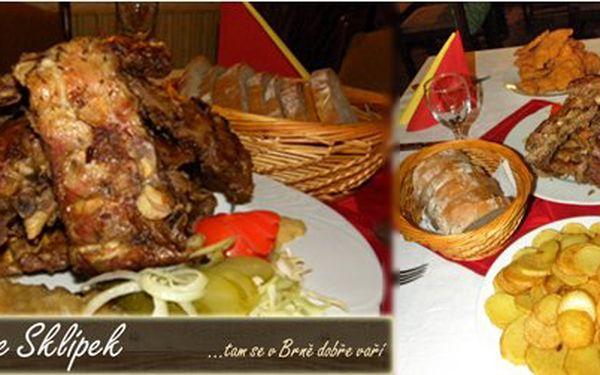 Žebra nebo koleno + vepřové nebo kuřecí řízky s dollar chips v Brně jen za 199 Kč! Masová pochoutka od nového majitele restaurace Sklípek s 54% slevou!