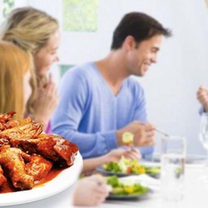 1200 g výtečných GRILOVANÝCH KUŘECÍCH KŘIDÉLEK s 2 druhy OMÁČEK za skvělých 199 Kč! Vychutnejte si báječná kuřecí křidélka s pizza chlebem, čerstvou zeleninkou, česnekovou a medovo-pikantní omáčkou! Sleva 51%!