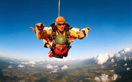 Zažijte volný pád! Tandemový seskok z výšky 4000 metrů a let padákem! DVD záznam z vašeho seskoku v ceně!