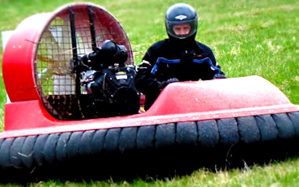 Netradiční adrenalin: 30 minut jízdy ve vznášedle (sami řídíte) s drtivou 75% slevou jen za 999 korun!