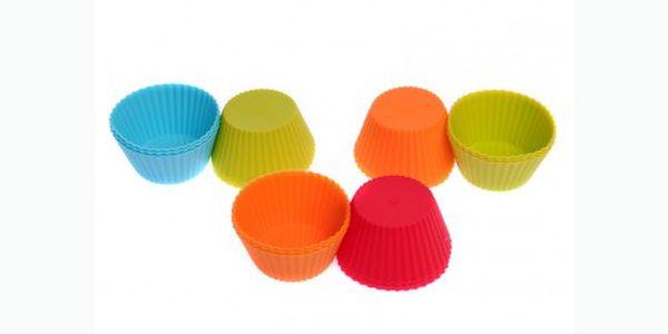 12 pečících silikonových košíčků jen za 109 Kč. Formy mají dlouhou životnost, obsah se nepřipaluje, snadno se vyklápí a přitom se nemusí vymazávat. Báječný pomocník do kuchyně.