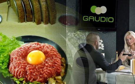 Škrabaný TATARÁK s neobmedzeným množstvom cesnakových hrianok. Mäsovú špecialitu si môžte vychutnať v štýlovom hoteli Gaudio teraz len za 4,90 EUR!