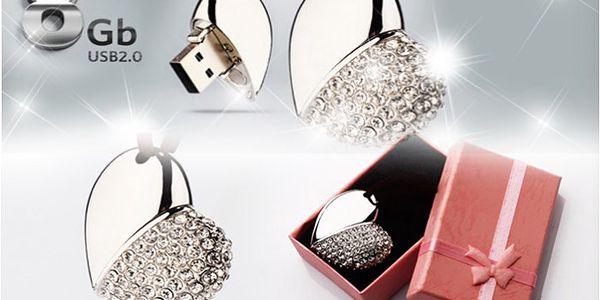 8GB USB přívěšek s třpytivými krystaly ve tvaru srdce může být elegantním doplňkem.