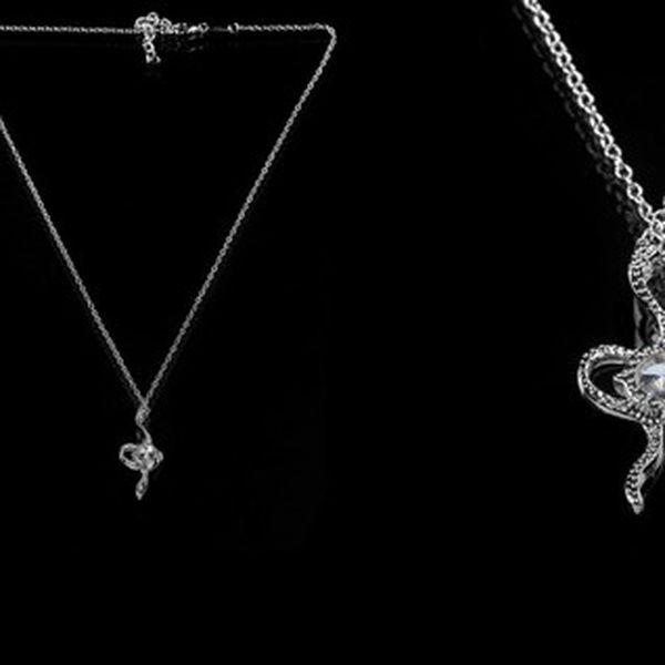 Elegantní náhrdelník ve tvaru hada s kamínky potažený kvalitním stříbrem, díky flexibilnímu zapínání je možné zvolit jakoukoliv délku!