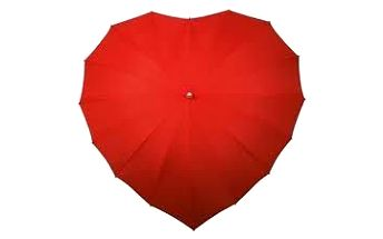 Krásný deštník ve tvaru srdce. Láska v dešti.