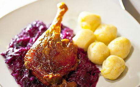 Do zlatista upečené chrumkavé kačacie stehno s červenou kapustou a zemiakovými guľkami a 2dcl sudového vínka len za 4,20€ v útulnom prostredí reštaurácie Vrakunský dvor.