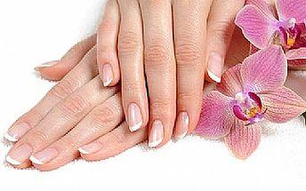 Přírodní nehtová terapie p-shine s lakováním a masáží rukou