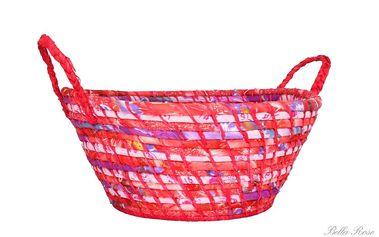 Krásný košík vyrobený ze stáčené trávy, potažený látkou a prošitý modrým lýkem