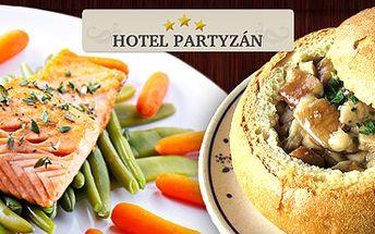 Prima bašta v restauraci hotelu Partyzán: vepřové nudličky, nebo filet z lososa