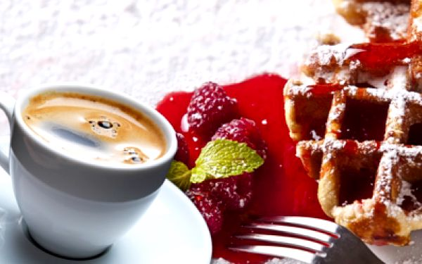 Lahodné HORKÉ VAFLE 2ks se zmrzlinou nebo malinami, topingem a šlehačkou VČETNĚ 2x VÝTEČNÉ KÁVY dle Vašeho výběru - Latté, Capuccino nebo Espresso za pouhých 99 Kč! Dopřejte si křupavoučké vafle a kávu pro 2 se slevou 50%!
