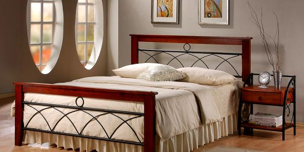 Elegantní stabilní dvoulůžková manželská postel z kovu s dřevěným rámem.