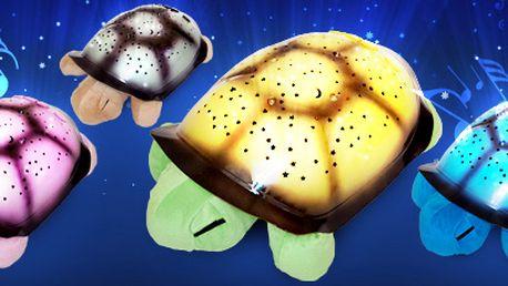 Svítící plyšová želvička nyní ve 4 barvách! Hračka promítá noční oblohu ve třech barvách na všechny stěny i strop pokoje.
