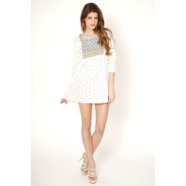 Dámské bílé šaty s fialkovými květy Tantra