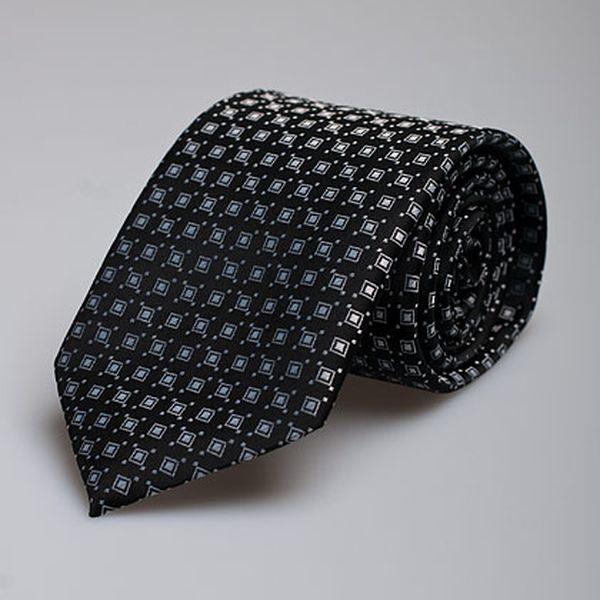 Černá kravata s bílými čtverci