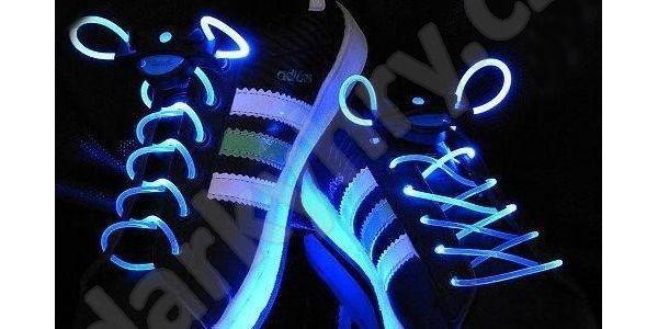 Svítící LED tkaničky - modré. Ocení rodiče i řidiči.