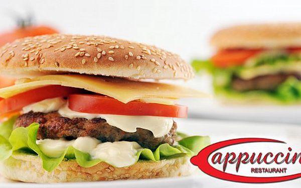 Hovězí BURGER se slaninou. Zakousněte se do pořádného 150 g burgeru se slaninou, čerstvou zeleninou, sýrem a pečenými bramborami.